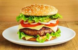 Burger σε ένα άσπρο πιάτο στοκ φωτογραφία