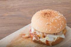 Burger σε ξύλινο Στοκ Φωτογραφία