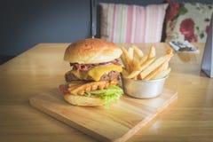 Burger/σπάσιμο βόειου κρέατος κακά Στοκ Εικόνες