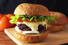 burger σπιτικό Στοκ εικόνες με δικαίωμα ελεύθερης χρήσης
