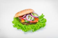 Burger στοματικού ποτίσματος με το κρεμμύδι τουρσιών πρασίνων Στοκ Εικόνες