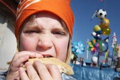 burger το παιδί τρώει το μεσημε&r στοκ εικόνες με δικαίωμα ελεύθερης χρήσης