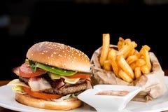 burger τυρί που τρώει τα τηγανητά ανθυγειινά Στοκ Φωτογραφία