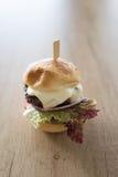 Burger τυριών στον ξύλινο πίνακα Στοκ Εικόνες