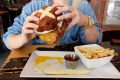 Burger χρόνος Στοκ εικόνα με δικαίωμα ελεύθερης χρήσης