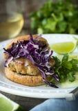 burger καυτός νόστιμος γρήγορου γεύματος κοτόπουλου Στοκ φωτογραφία με δικαίωμα ελεύθερης χρήσης