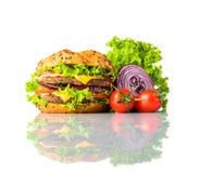 Burger σάντουιτς με τα λαχανικά στο άσπρο υπόβαθρο Στοκ εικόνα με δικαίωμα ελεύθερης χρήσης