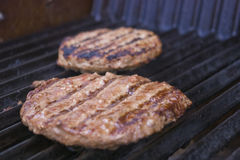 Burger auf dem Grill stockfoto