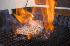 Burger auf dem Grill stockbild