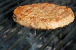 Burger auf dem Grill Lizenzfreie Stockbilder