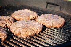 Burger auf einem Grill lizenzfreie stockfotos