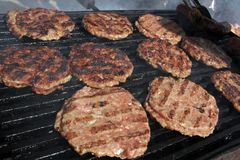 Burger auf einem Grill Gegrillte Fleischklöschen auf einem BBQ Gebratenes Hackfleisch auf einem Grill Gegrillte Burger Schnellimb stockbild