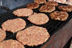 Burger auf einem Grill Gegrillte Fleischklöschen auf einem BBQ Gebratenes Hackfleisch auf einem Grill Gegrillte Burger Schnellimb lizenzfreie stockfotos