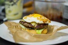Burger auf einer Platte Stockbild