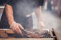 Burger auf Grill Stockfotografie