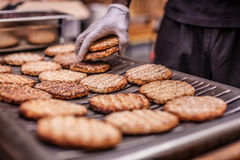 Burger auf Grill Lizenzfreie Stockfotos