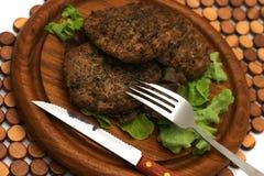 Burger auf Platte Lizenzfreie Stockfotos