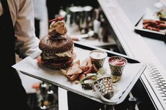 Burger barman Nahrung zu den Kunden ' froh Stab lizenzfreies stockfoto