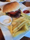 Burger brät Macedonia Skopje lizenzfreie stockfotografie