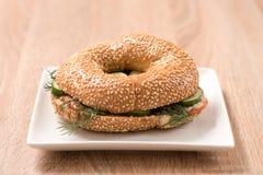 Burger in der Platte auf hölzerner Tabelle Stockbild