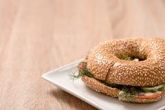 Burger in der Platte auf hölzerner Tabelle Lizenzfreie Stockfotografie