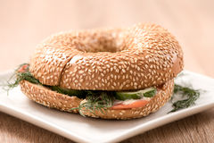 Burger in der Platte auf hölzerner Tabelle Lizenzfreies Stockfoto