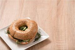 Burger in der Platte auf hölzerner Tabelle Lizenzfreie Stockfotos