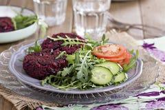 Burger des strengen Vegetariers mit Rote-Bete-Wurzeln und Bohnen Lizenzfreie Stockbilder