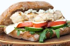 Burger des Weizenbelegten Brots mit Hühnerfleisch, gebratene Kartoffeln, Senfsoße Se Lizenzfreie Stockfotos