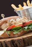 Burger des Weizenbelegten Brots mit Hühnerfleisch, gebratene Kartoffeln, Senfsoße Se stockbild