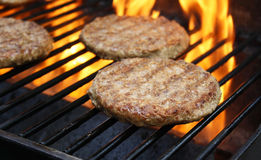 Burger, die auf dem Grill kochen Stockfotografie