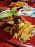 Burger eingewickelt im Kopfsalat Lizenzfreie Stockfotografie