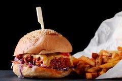 Burger frisch und geschmackvoll auf dunklem Hintergrund Organischer Burger stockfotos