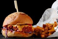 Burger frisch und geschmackvoll auf dunklem Hintergrund Organischer Burger lizenzfreie stockfotos