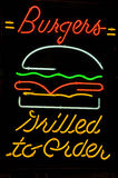 Burger gegrillt, um Neonzeichen zu bestellen stockbilder