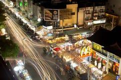 BURGER KING och Let oss att koppla av på nattbasarmarknaden med trafficeljusslingan royaltyfri fotografi