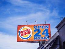 Burger King podpisuje na niebieskiego nieba tle Obrazy Stock