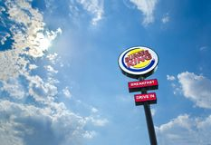 Burger King Restaurants drev i logo vid dag Royaltyfri Foto
