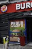 Burger King vänder in i regnbågefärg Royaltyfri Bild