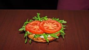 Burger kocht auf schwarzem Hintergrund Sehr köstliches Luftbrötchen und gemarmortes Rindfleisch Restaurant, in dem jedes Burger g stock video footage