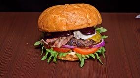 Burger kocht auf schwarzem Hintergrund Sehr köstliches Luftbrötchen und gemarmortes Rindfleisch Restaurant, in dem jedes Burger g stock footage
