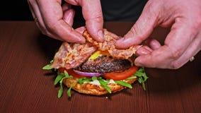 Burger kocht auf schwarzem Hintergrund Sehr köstliches Luftbrötchen und gemarmortes Rindfleisch Restaurant, in dem jedes Burger g stock video