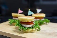Burger mit drei Pfannkuchen Stockfotografie