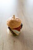 Burger mit Ei auf Holztisch stockbilder