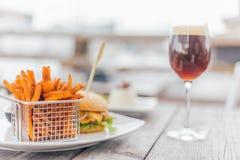 Burger mit einem Glas des Bieres Stockfotografie