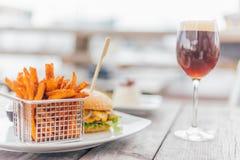Burger mit einem Glas des Bieres Lizenzfreie Stockbilder