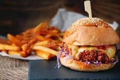 Burger mit K?se und Gem?se und Fischrogen auf rustikalem Hintergrund stockbilder