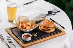 Burger mit potatoe Lizenzfreies Stockbild