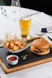 Burger mit potatoe Lizenzfreie Stockbilder