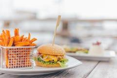 Burger mit Süßkartoffeln Lizenzfreie Stockfotografie